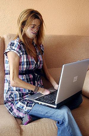 Fide junto a su ordenador portátil en su domicilio de Ibi. (Foto: Ernesto Caparrós)
