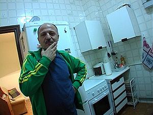 El actor vallisoletano en la cocina de su casa de La Latina. (FOTO: Itxaso Glez.)