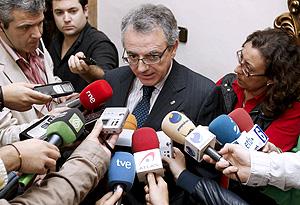 Miguel Sanz atiende a los periodistas en Pamplona. (Foto: EFE)