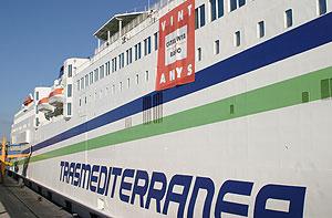 Un barco de transmediterránea en el puerto de Palma (Foto: Enique Calvo).