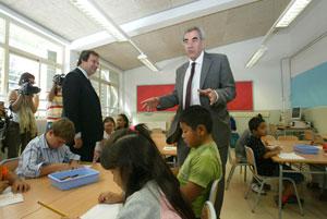 El conseller d'Educació, Ernest Maragall y el alcalde de Barcelona, Jordi Hereu, en una escuela del Carmel. (Foto: Antonio Moreno)