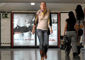 El cartel de la película se puede ver ya retocado en el Metro de Madrid. (Bernardo díaz)