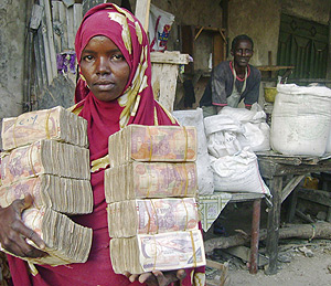 Una mujer somalí con varios fajos de billetes, por el alto precio de los alimentos. (Foto: Reuters)