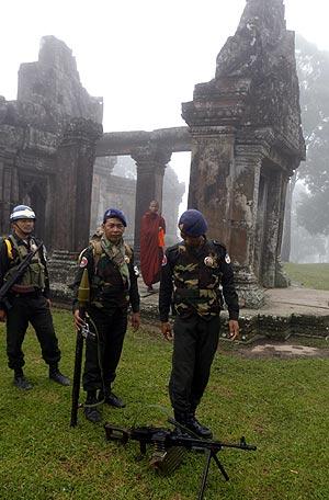 Militares camboyanos en los alrededores del templo. (Foto: AP)