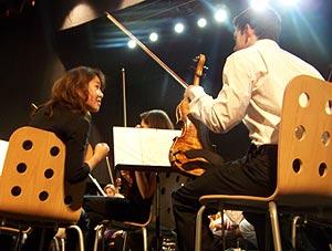 Los músicos de la sección de violines, antes de su última actuación, en Madrid. (Foto: I. Reyes)