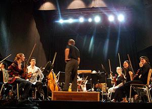 El director, Ludovic Morlot, charlando con los músicos antes del concierto. (Foto: I. Reyes)