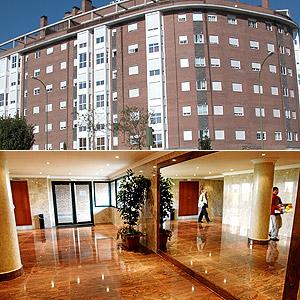 Fachada y entrada al edificio donde está situada la promoción de viviendas. (Foto: ELMUNDO.ES)  [Galería de imágenes]