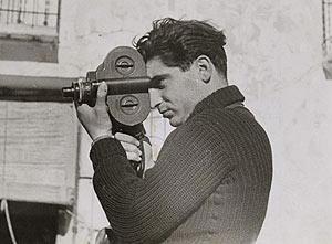 Capa, fotografiado por su novia, la alemana Gerda Taro, fallecida en la Guerra Civil.