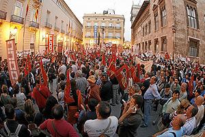 Miles de profesores y alumnos rodean el Palau de la Generalitat en Valencia. (Foto: José Cuéllar)