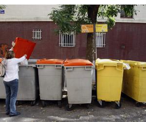 Una mujer tirando basura a un contenedor (Foto: Sergio González)
