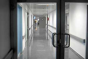 Pasillo de la UCI del nuevo Hospital Puerta de Hierro de Majadahonda. (Foto: Diego Sinova)