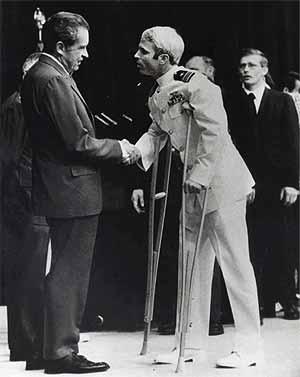 Un joven John McCain es saludado por Richard Nixon en Washington después de pasar cinco años en un campo de prisioneros de Vietnam. (Foto: AP)