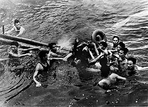 McCain es rescatado en el lago Truc Bach de Hanoi después de ser alcanzado por un misil vietnamita en pleno vuelo. (Foto: EPA)