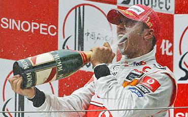 El piloto de McLaren, en el podio del GP de China. (Foto: AP)