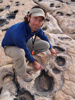 El geólogo Winston Seiler, junto a unas de las mil huellas identificadas en Arizona. (Foto: Nicole Miller)
