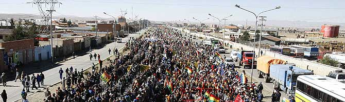 Miles de personas marchan en El Alto. (Foto: REUTERS)
