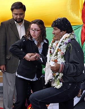 Evo Morales es ayudado a su llegada a la Plaza de Murillo, en La Paz. (Foto: AFP)