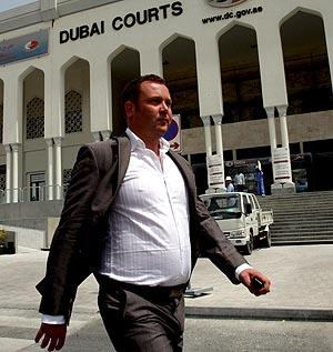 Vincent Acors, frente al tribunal de Dubai donde fue condenado junto a su pareja. (Foto: EFE)