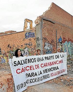 Más de 100 vecinos pidieron ayer que se respetase la cúpula de la cárcel de Carabanchel. (Monzón)