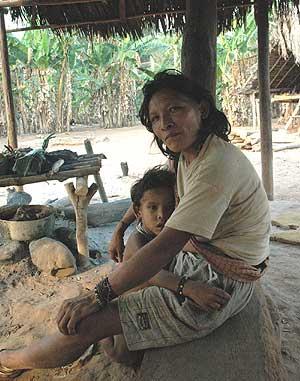 Una familia del poblado kanoe, en Brasil. (Foto: Fiona Watson/Survival)