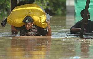 Un militar hondureño cruza un río en el municipio de Pimienta. (Foto: EFE)
