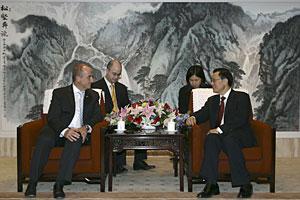 Sebastián (izda), y el ministro de Finanzas chino. (Foto: EFE)