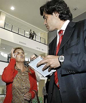 Juan José Güemes, durante una visita al hospital del Henares. (J. Villanueva)