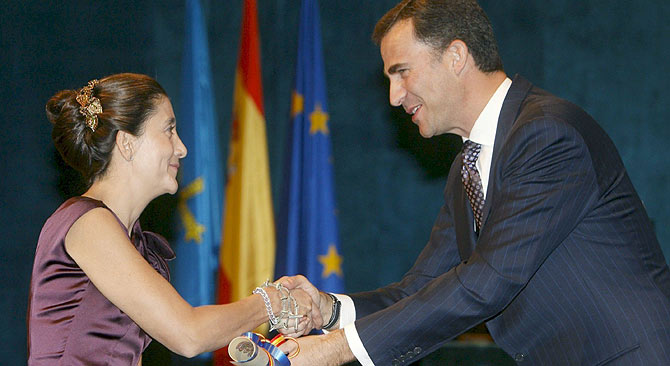 El Príncipe entrega su premio a Ingrid Betancourt. (Foto: EFE) Vea el discurso de Betancourt