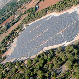Imagen aérea de las cuatro hectáreas de placas solares sembradas sobre la cantera de Son Toni Amer, en Campos.
