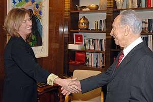 Tzipi Livni saluda al presidente israelí, Simon Peres, el pasado día 20. (Foto: AFP)