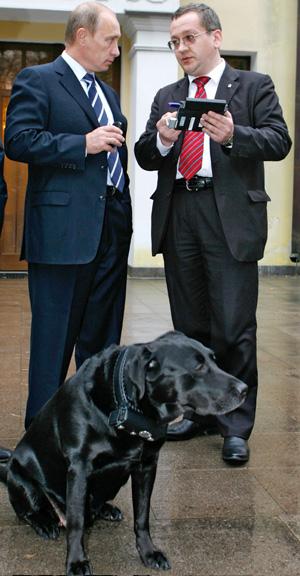 Connie, la perra de Putin lleva un collar con el sistema Glonass, que impide que se pueda perder. (Foto: Alexei Druzhinin)