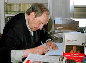 Miguel Delibes firma ejemplares en la presentación, hace diez años, de 'El hereje'. (Foto: EFE)
