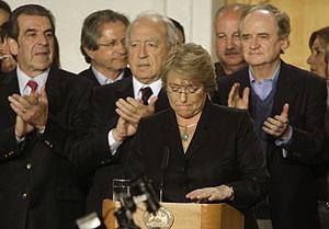 La presidenta Michelle Bachelet anuncia los resultados en La Moneda. (Foto: AP)