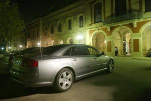 El coche oficial de Benach, a la entrada del Parlament. (Foto: Quique García)