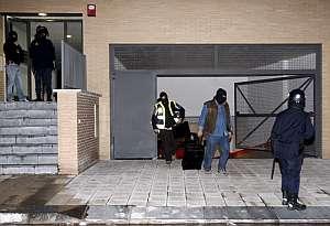 Efectivos de la Policia Nacional en el portal de uno de los detenidos. (Foto: EFE)