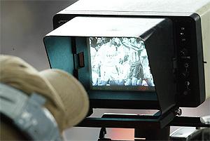 Un cámara de televisión enfoca una pequeña tangana durante un partido. (Foto: Alberto Cuéllar)