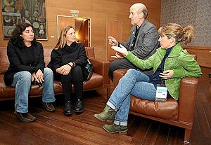 Chus Gutiérrez, Cristina Andreu e Inés Paris charlan con el diretor de la Seminci, Javier Angulo, antes de la rueda de prensa de CIMA. (Foto: JM LOSTAU)