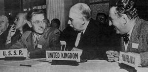 El economista británico John Maynard Keynes, flanqueado por representantes de la Unión Soviética y Yugoslavia, durante la Conferencia de Bretton Woods en 1944. (Foto: HULTON DEUTSCH)