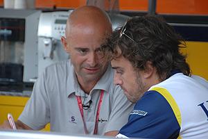 Lobato conversa con Alonso durante un reportaje. (Foto: antoniolobato.net)