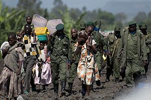 Soldado del gobierno congoleño caminan junto a desplazados. (Foto: AFP)