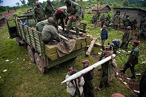 Soldados de las fuerzas gubernamentales descargan un camión cerca de Kibumba. (Foto AFP)