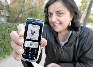 Una vecina muestra a la gallina, inmortalizada en su móvil. (A. Di Lolli)