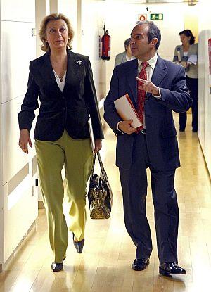 El presidente de la corporación RTVE, Luis Fernández, junto a la diputada popular Luisa Fernanda Rudi, presidenta de la Comisión Mixta de Control Parlamentario a la Corporación. (Foto: EFE)