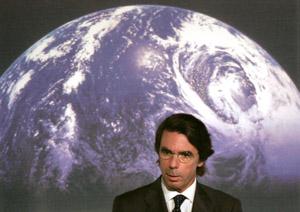 José María Aznar, pronunciando su discurso escéptico durante la presentación del libro 'El planeta azul', de Vaclav Klaus. (Foto: BERNABÉ CORDON)