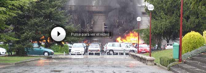 Varios coches arden en el campus universitario. (Foto: John Rhodes | Alberto de las Fuentes)