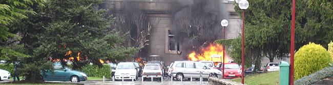 Varios coches arden en el campus poco después de la explosión. (Foto: John Rhodes   Alberto de las Fuentes)