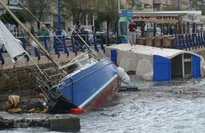 Una embarcación que chocó contra las rocas durante el temporal que azotó Mallorca el miércoles. (Foto: Cati Cladera)