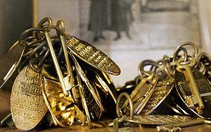 Imagen de las primeras llaves que abrían las habitaciones y las suites. (Foto: Carlos Alba)