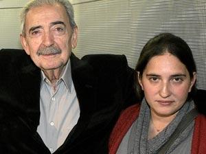 El poeta, con su nieta Macarena. (Foto: Diego Sinova)