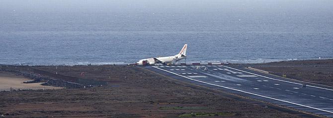 La aeronave, un Boeing 737, se ha parado a unos cien metros del Océano Atlántico. (Foto: EFE)